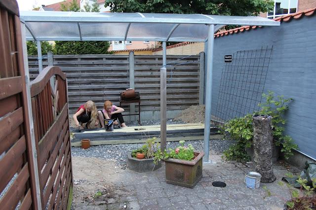 Karen klarbæks verden: projekt gårdhave med nyt hegn