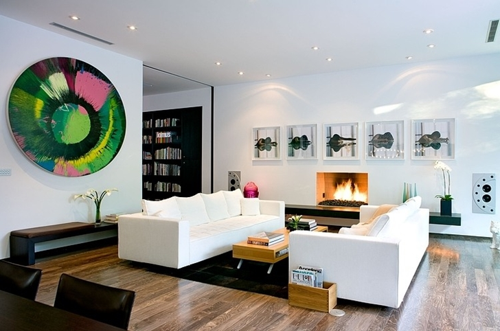 Bright living room in Small minimalist home by Steven Kent