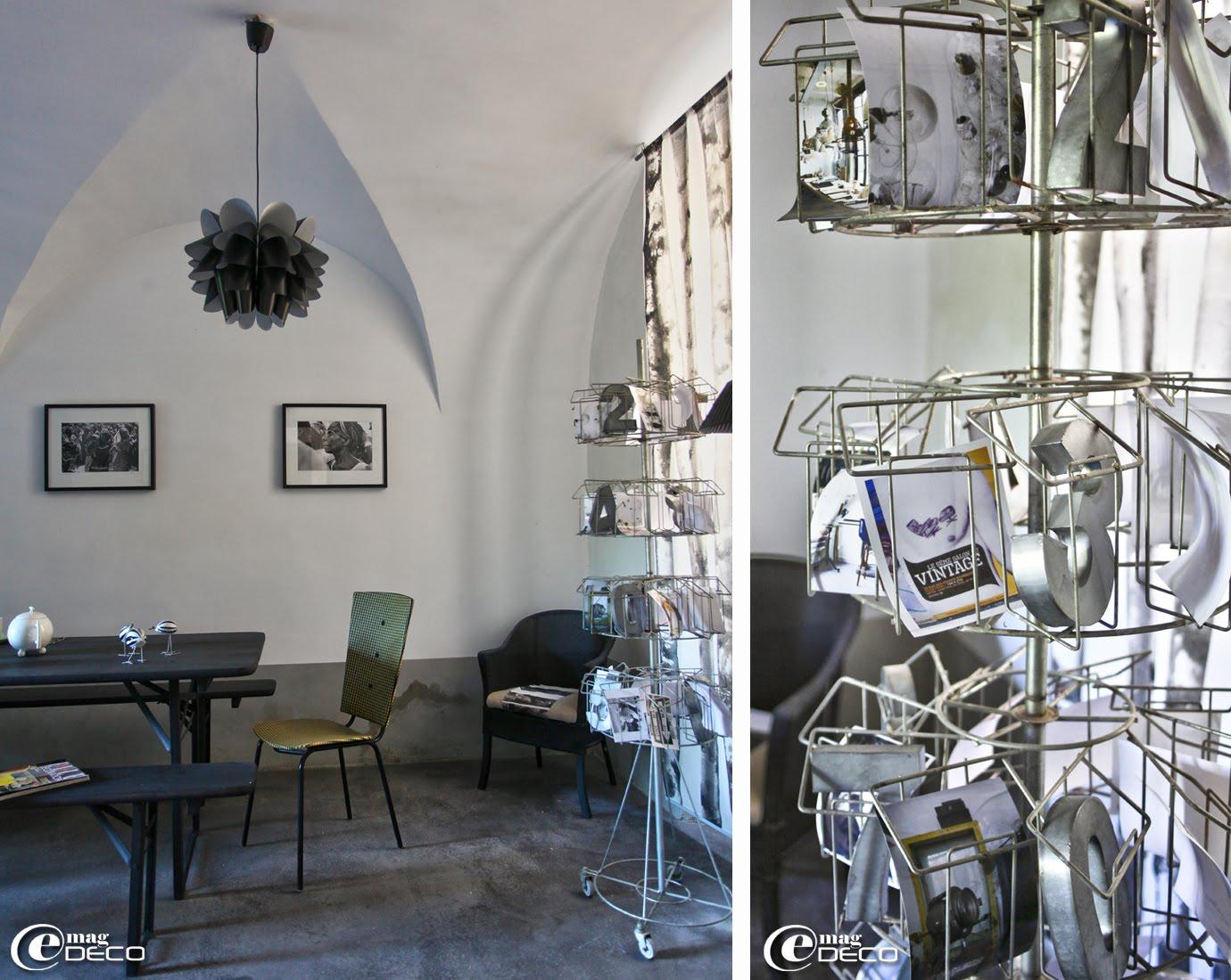 Plafonnier Knappa signé Brylle/Jacobsen chez Ikea, présentoir tourniquet à cartes postales et table pliante dans la la maison d'hôtes 'Les Nomades Baroques' à Barjac