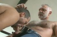 Cinquentão de barba branca domina novinho totalmente