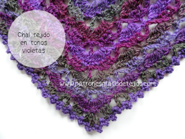 Chal tejido a crochet en tonos violetas, grises y bordó