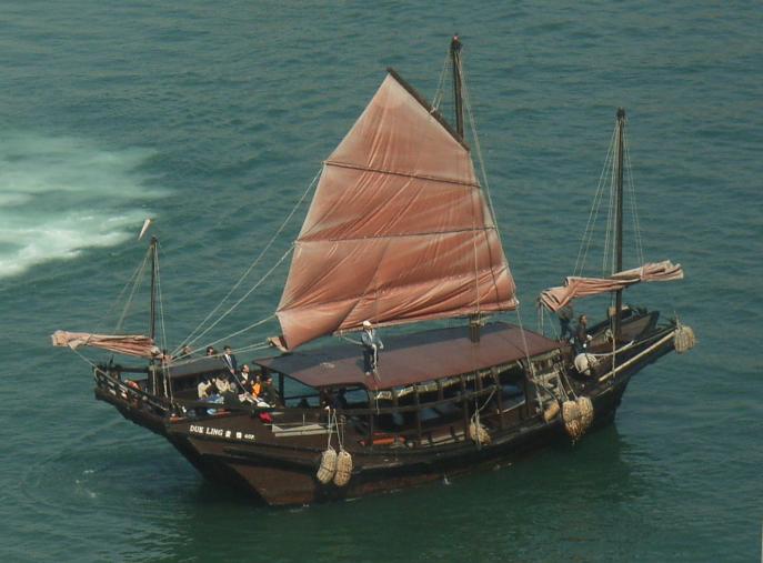 японская лодка с парусом