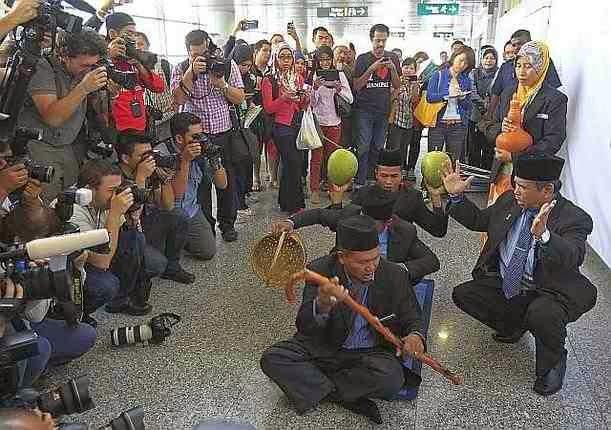 Malaysia airlines plane MH370 mandhiravaadhi poojai, kaanamal pona vimanathai kandupidithu tharumaaru mandhiravadhiyai naadiya malaysia arasu | maraindha vimaanam engulladhu marmam tagaval | malaysia vimanam patriya thagaval