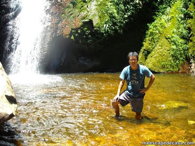 El Caminante de pie cerca de la segunda cascada del Shilcayo, Tamushal (Perú)