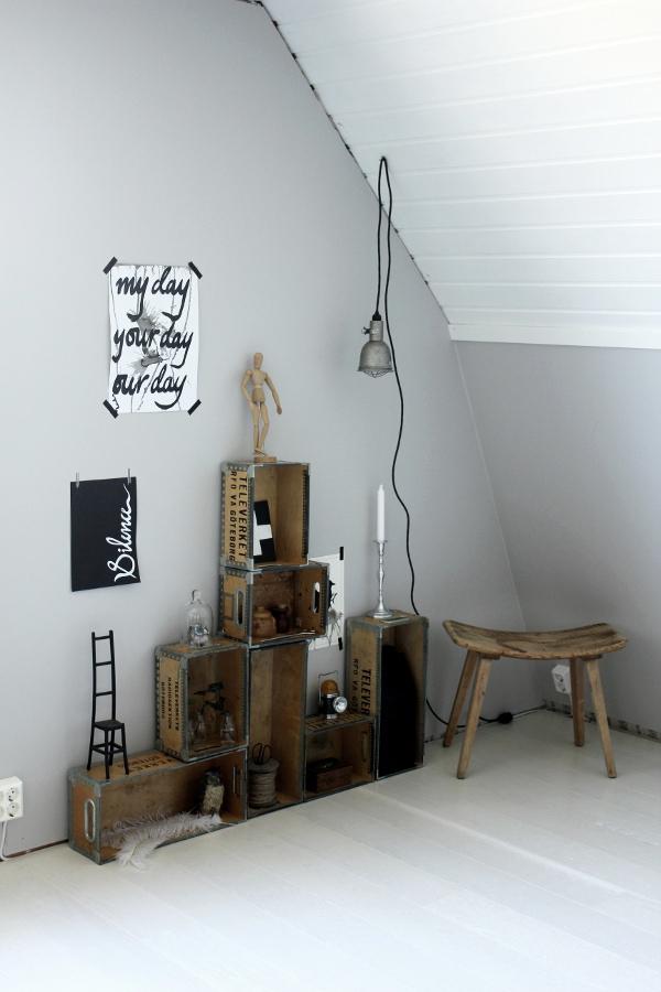 inreda med lådor, televerket lådor, arbetsrum före och efter renovering, före och efterbilder, svarta och vita prints, trären pall, inredningstips, arbetsrum i grått och vitt, trärena detaljer, inredningsdetaljer, vitt golv, vit parkett, plank parkett, tarkett, ask golv, grå väggar, måla om väggar, bygglampa, industrilampa, work lamp, tavlor med text, prints med text, renoverat rum, grått, vitt, trärent,