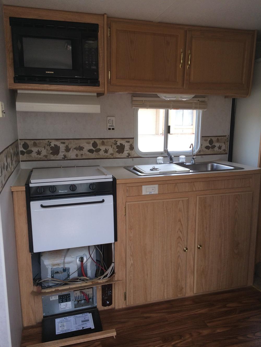 una caravana reformada por completo con una cocina