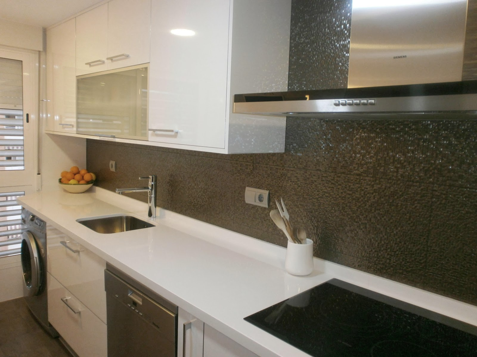 C mo lograr m s amplitud visual en la cocina cocinas con - Revestimientos de cocinas modernas ...