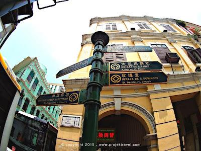 papan tanda arah di Macau