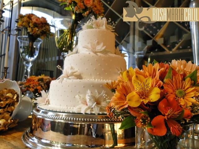 bolo casamento, arranjos florais, porcelana branca, decoração