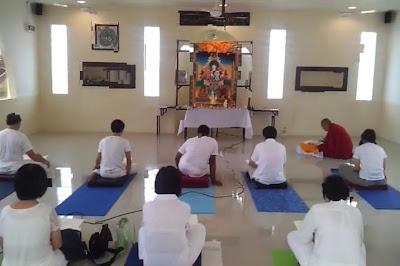 Upacara agama Buddha dilakukan dalam Surau Resort Tg.Sedili