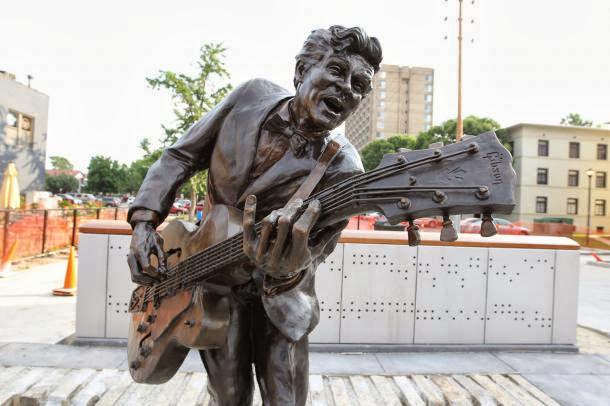 http://4.bp.blogspot.com/-dOnLJMH-gpo/UmE2Ag318tI/AAAAAAAAlnU/rNyWJU2IK54/s640/Chuck-Berry-Statue-is-installed-in-St-Louis.jpg