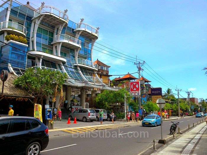 Jalan Pantai Kuta situation, one of the most famous streets in Bali