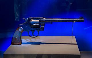 """Revólver Colt modelo """"Officers"""", número de série 461.000, com o qual Guilherme Paraense conquistou a primeira medalha de ouro olímpica da história do Brasil, na prova de Pistola Tiro Rápido, nos Jogos Olímpicos de Antuérpia, em 1920 - Foto: Paulo Marrucho"""