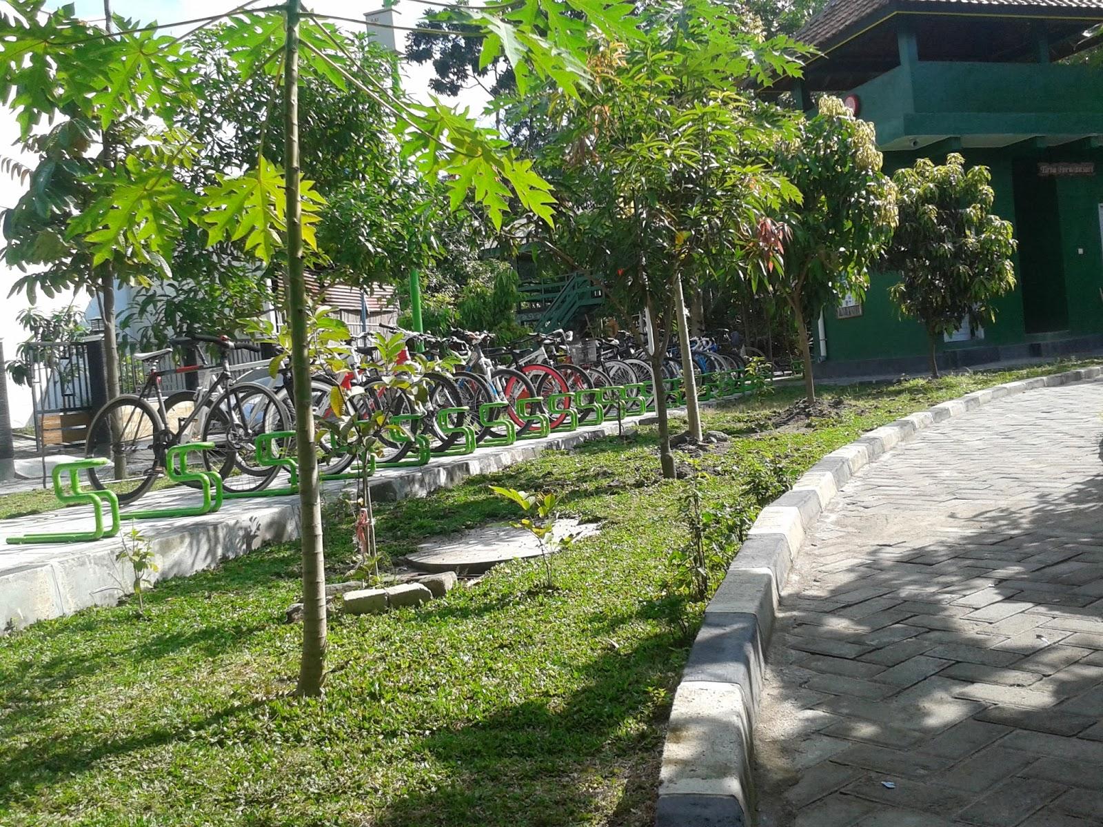 Tempat parkir sepeda tersusun rapi di Kampung Hijau Gambiran