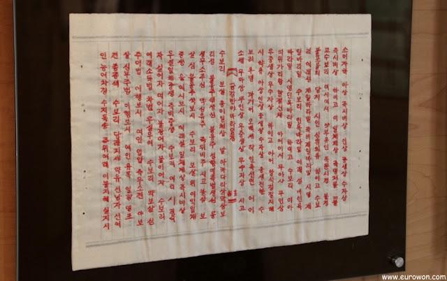 Bordado rojo de escrituras budistas en hangeul