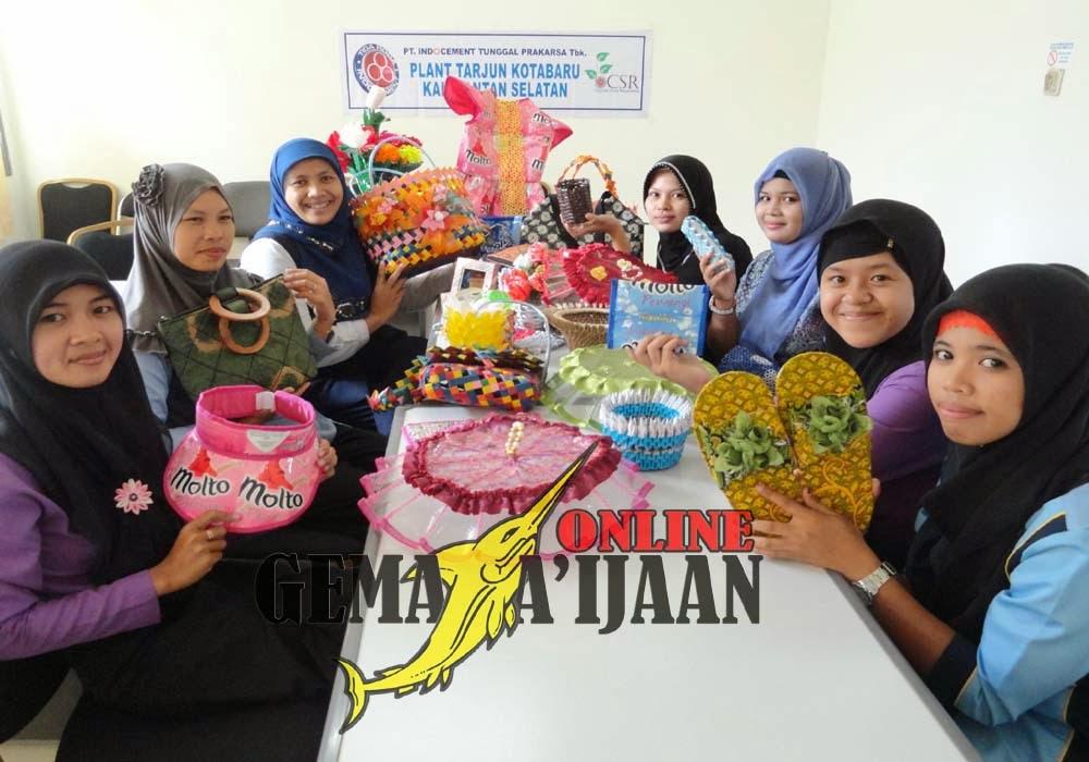 Warga Desa Binaan Indocement Hasilkan Produk Kerajinan