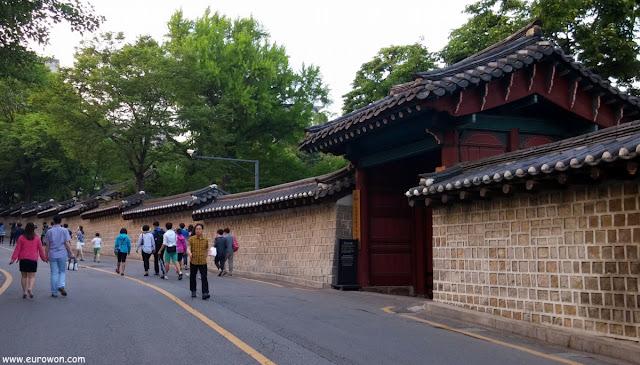 Parejas en la calle Doldamgil de Seúl