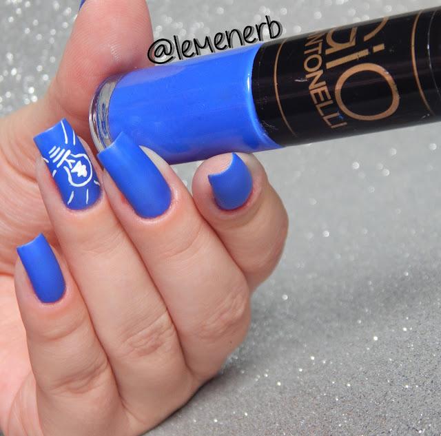 decoração de unha com esmalte azul