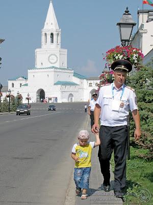 Полицейский ведет за руку ребенка