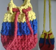 Bolso con los colores de la bandera colombiana tejido en cordon lycra hecho a mano