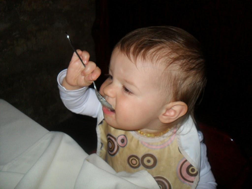 Gambar bayi lucu belajar makan sendiri