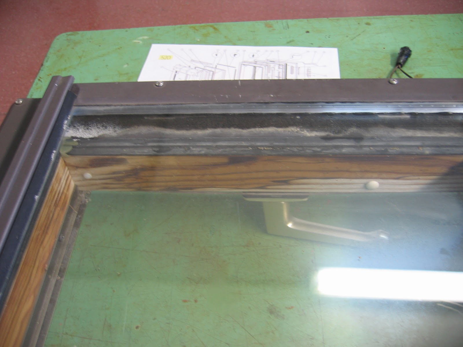 Reparar ventanas de madera restauracin de puerta de for Reparar tejados de madera