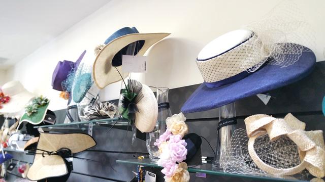 vestidos, sombreros y trajes de fiesta