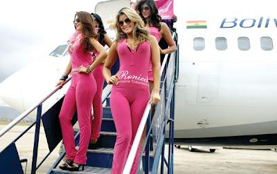 BEBERAPA model jenama pakaian dalam Colombia, Ronied turun dari sebuah pesawat penerbangan BoA Jumaat lalu.