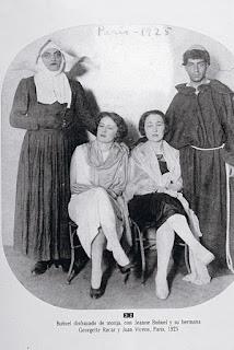 Buñuel disfrazado de monja, con Jeanne Buñuel y su hermana Georgette Rucar y Juan Vicens, Paris. 1925