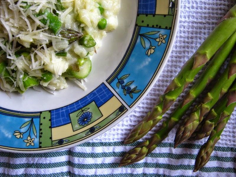 Jarné rizoto so špargľou, hráškom, jarnou cibuľkou a ricottou