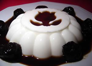 Receita de Torta de coco com ameixa decorado