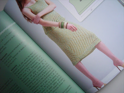 gestricktes kleid in grün