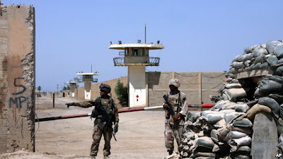 Tentara Irak menjaga penjara Abu Ghraib di pinggiran Baghdad