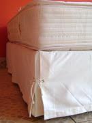 A Saia Romana para cama box é confeccionada com tecidos nobres e rústicos, .