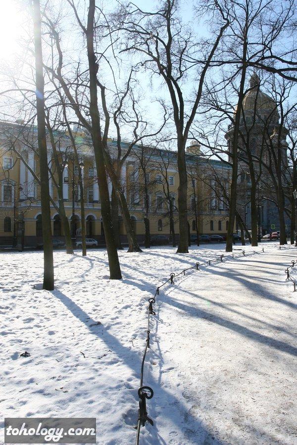 Вид на отель Four Seasons Hotel Lion Palace St. Petersburg и Исаакиевский собор