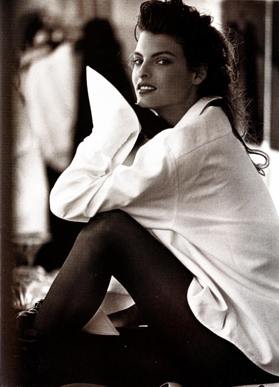 Linda Evangelista photographed by Peter Lindbergh for Vogue UK November 1988 / white shirt in fashion editorials / short history of white shirt / wardrobe essentials / via fashioned by love british fashion blog