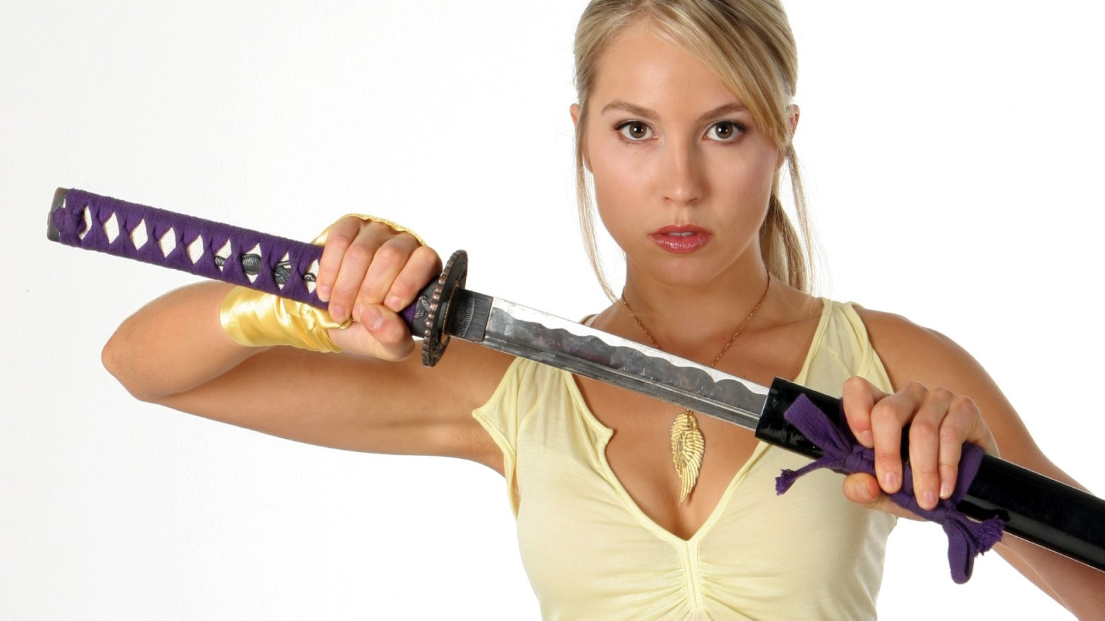 http://4.bp.blogspot.com/-dW1irn6UqRs/UBcrX5nIyDI/AAAAAAAAHhg/HlVxZjIAp4I/s1600/blondes-women-actress-samurai-Dead-Or-Alive-blade-Sarah-Carter-swords-Wallpaper.jpg