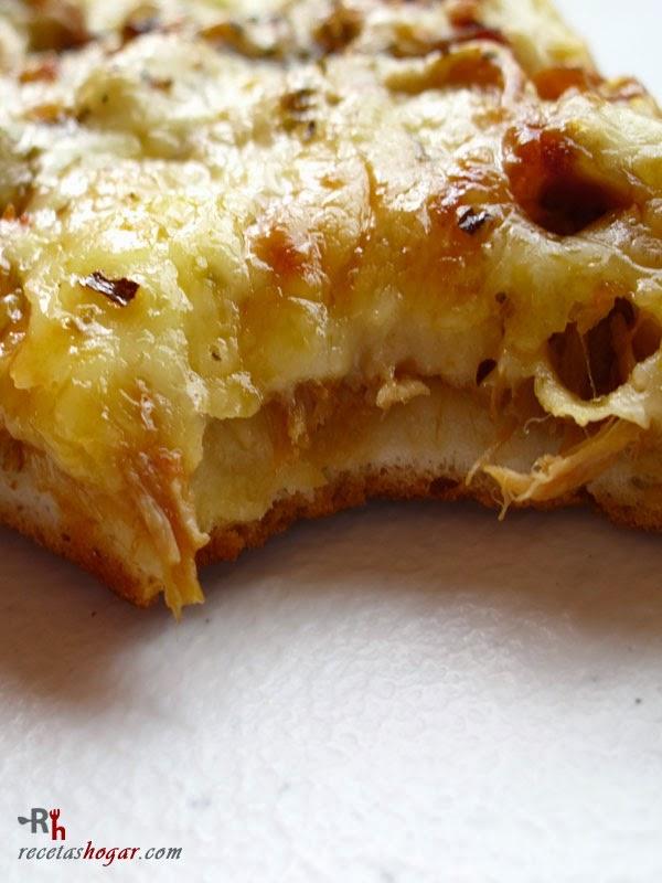 Pizza de carne desmechada mordida
