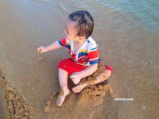 baby mandi di Pantai Cherating samnil makan pasir