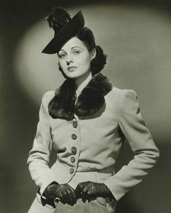 Mujer con sombrero en blanco y negro