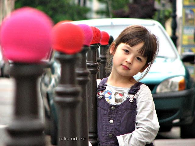 julie adore yarnbombing crochet laine