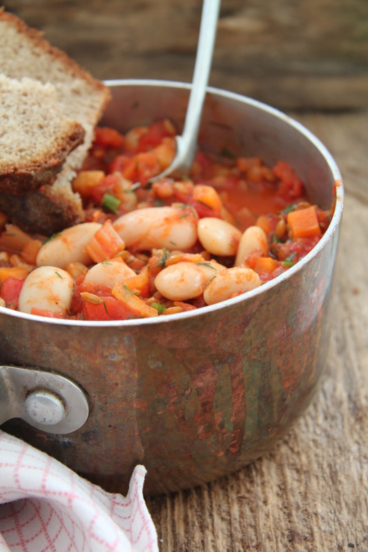 Fasolka w sosie pomidorowym z soczewicą i koperkiem