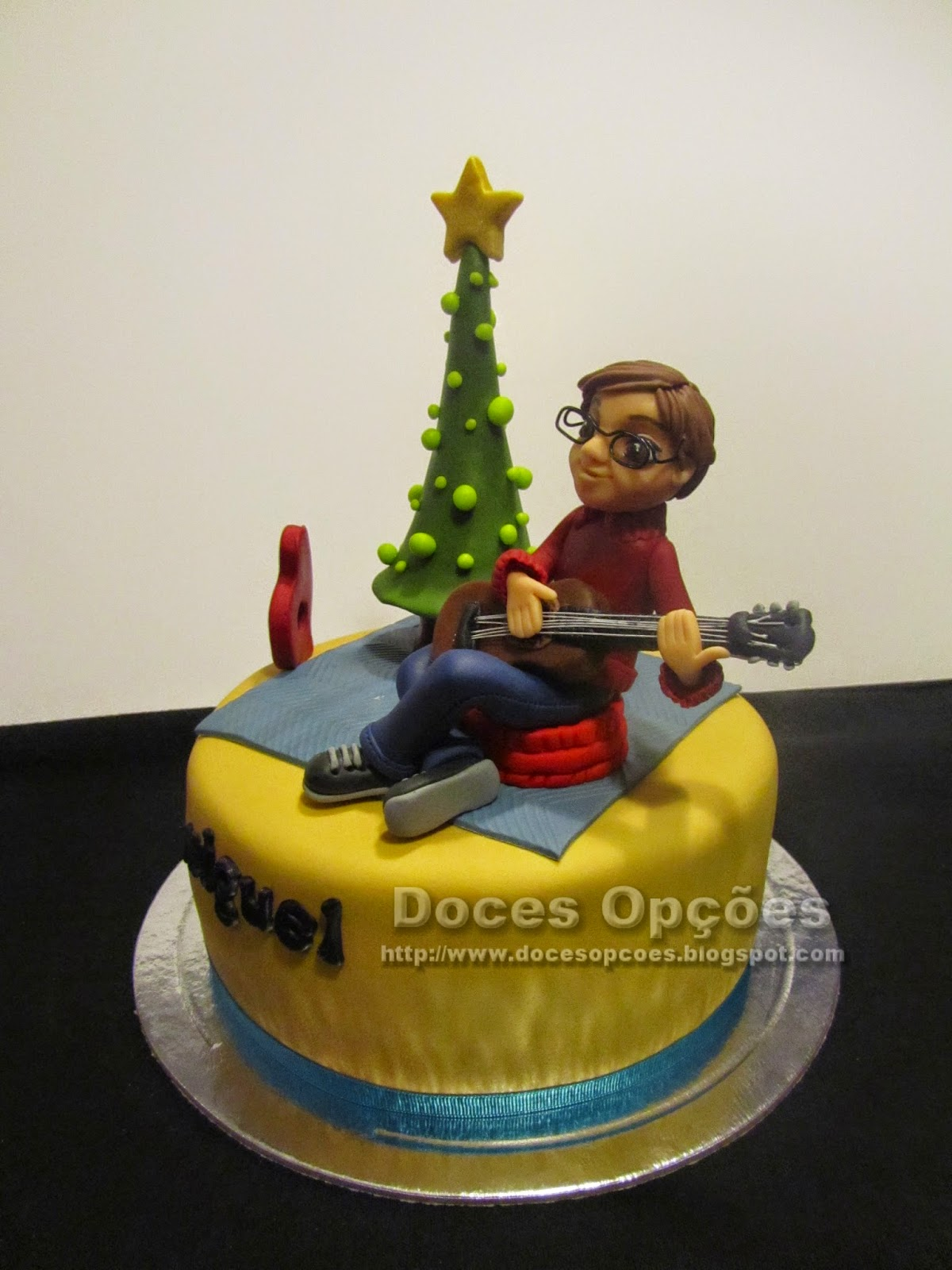 cake with a boy to play guitar