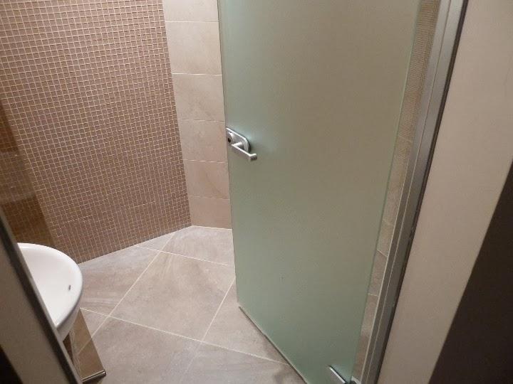 Баня с кристална мозайка и стъклена врата 1