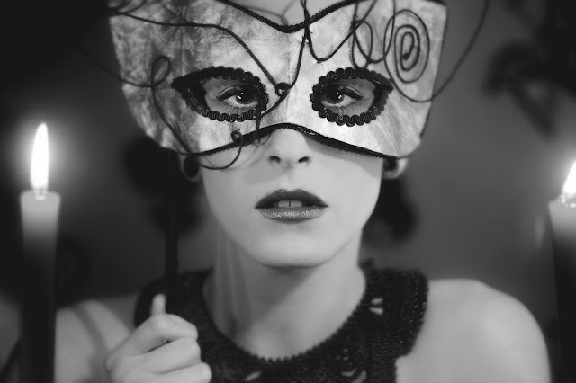 máscara femenina realizada en cuero plateado finalista foto del día vogue italia