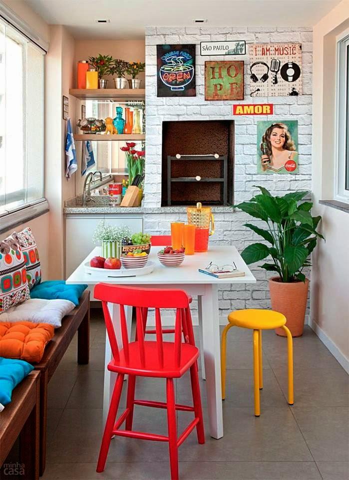 banco de jardim leroy: adesivo que imitam tijolinhos, mesinha, bancos e cadeiras coloridas