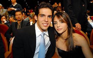 Faz menos de 15 dias que o jogador Kaká e Carol Celico anunciaram a separação, mas ainda assim parece não haver mágoas por parte da família dela.Tanto é que o meia e a sogra seguem trocando mensagens carinhosas nas redes sociais.