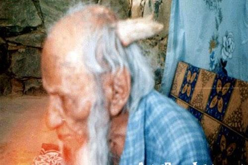 شاهد بالفيديو: عجوز يمني عمره 160 عام ظهر له قرون في رأسه !!!