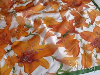 Silkyway selyemkendő liliommal. Ideális ajándék Húsvétra nőknek