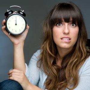 لا تجدين الوقت للتواصل مع زوجك بسبب مشاغل الحياة ؟؟!!..اليكى الحل  - امرأة تحمل ساعة منبه - woman clock